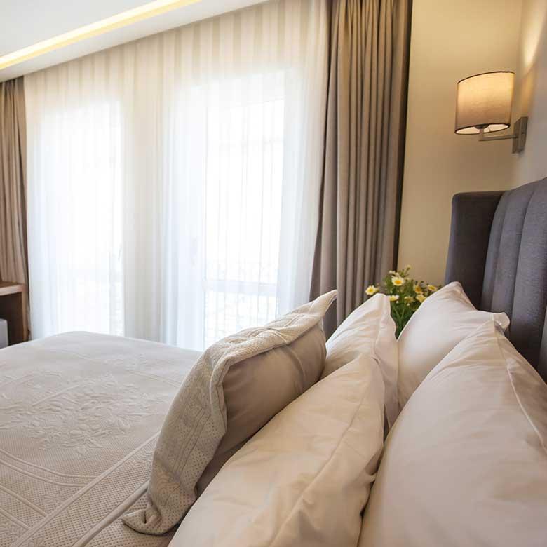 casaluna-hotel-alacati-fransiz-balkon-kapak